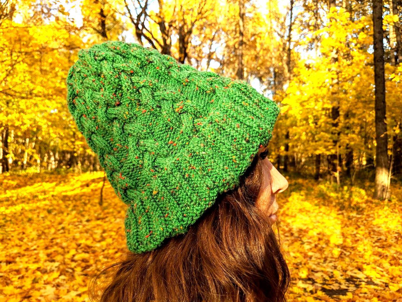 Женская шапка с объемной косой спицами