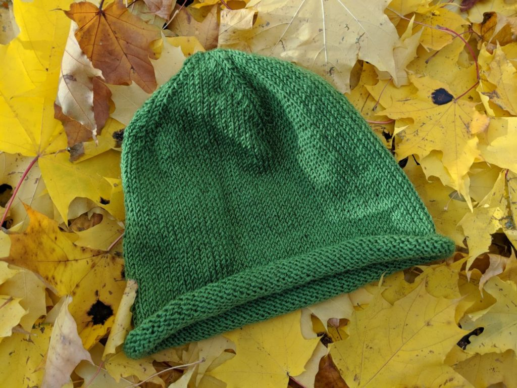 Самая простая вязаная шапка спицами