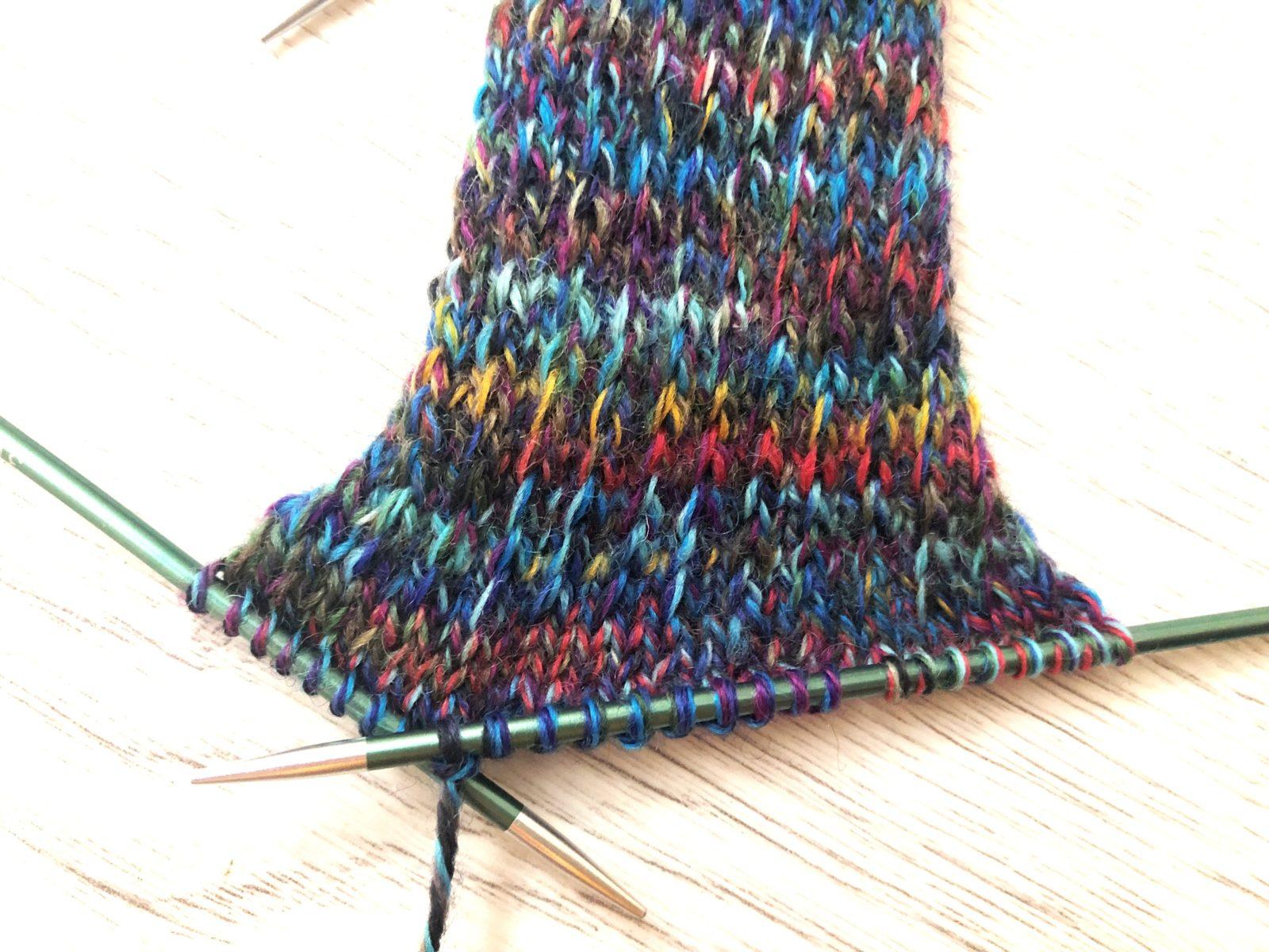 Носки спицами с простым узором из изнаночных петель