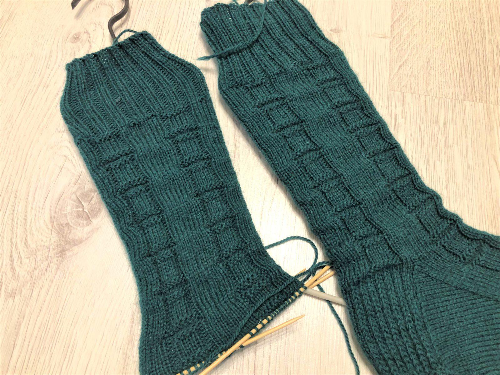 Мужские носки на 5 спицах с узором