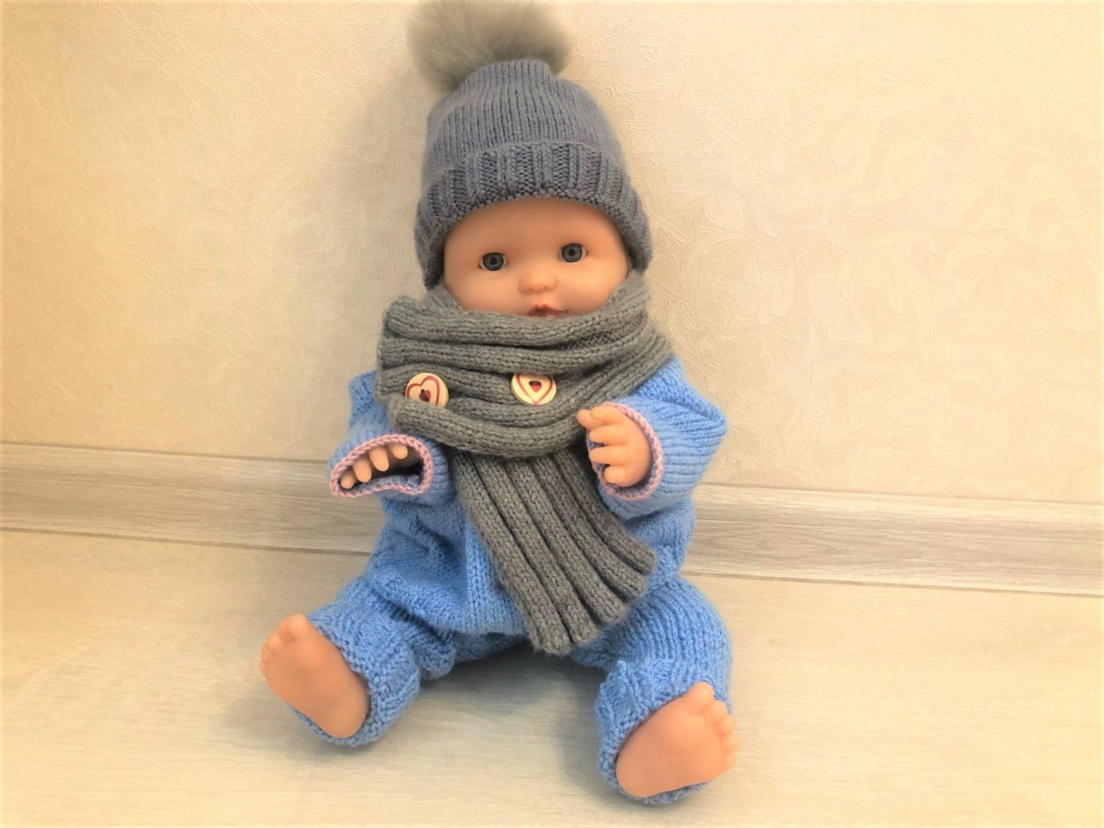 Шапочка и шарф для куклы спицами