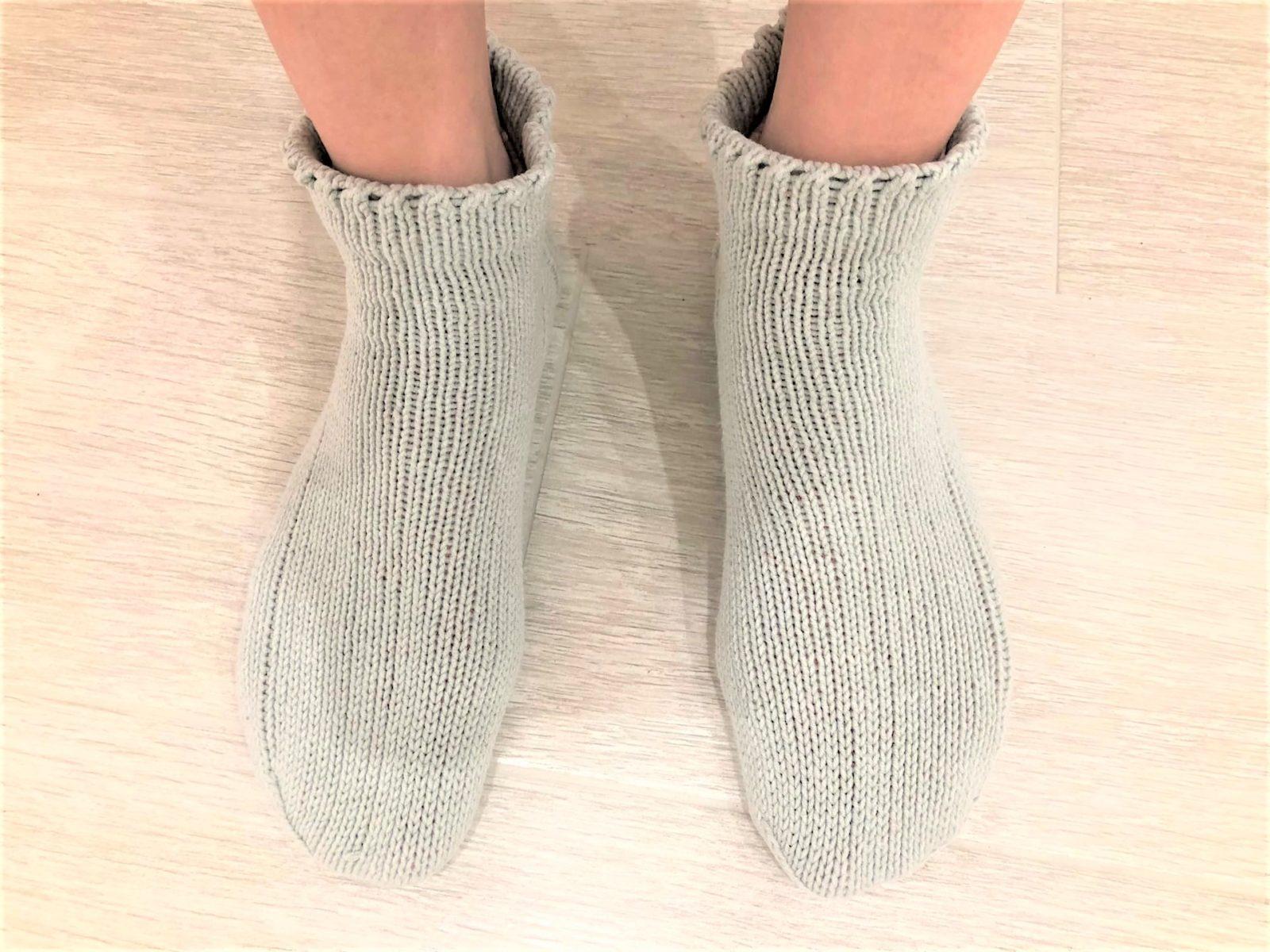 Вязаные короткие носки спицами